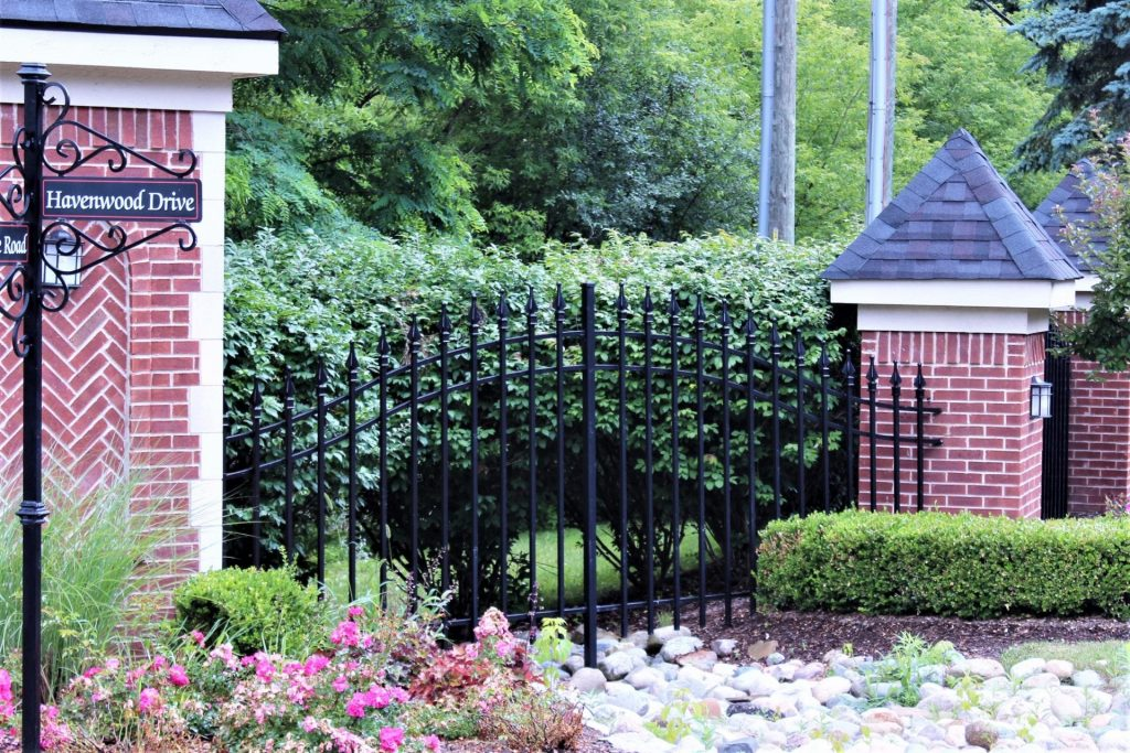 heavy duty steel wrought iron metal fencing spear top curved gate golf course guardrail barrier street view